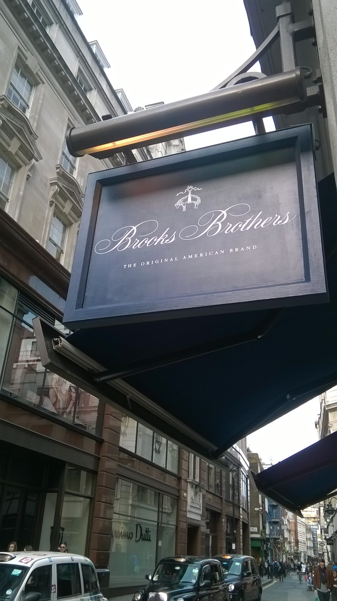 Brooks Brothers projecting Sign catches the eye of passers by & can be effective adverts for your business.Call today for a quote from E-Signs London.